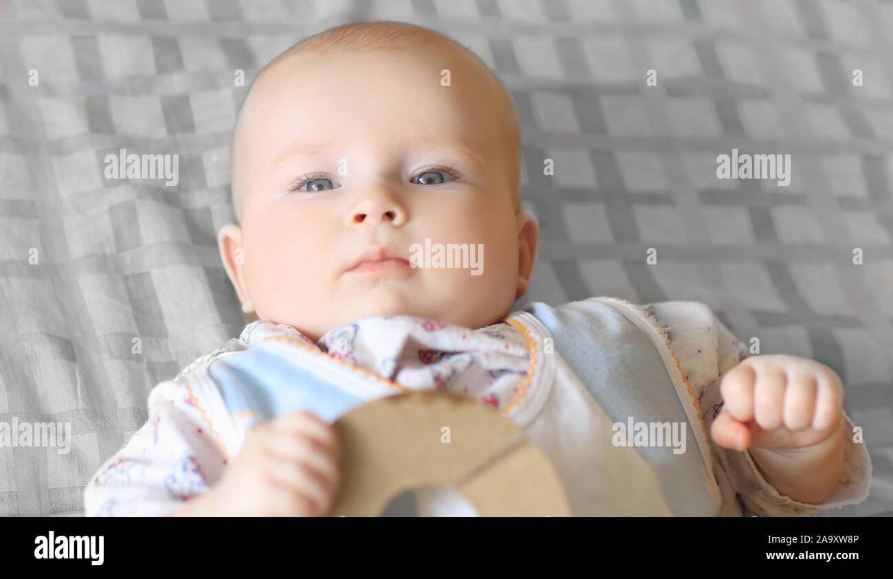 Bis zu schließen. portrait einer hübschen kleinen Baby liegen auf einem Plaid leer Stockfoto