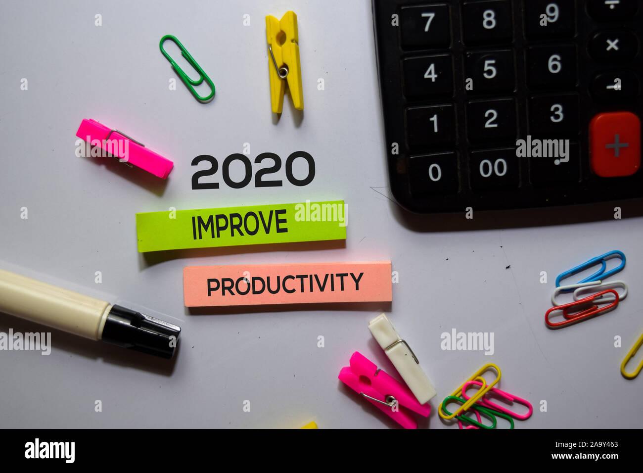 2020 verbessern die Produktivität text auf Haftnotizen auf Büro Schreibtisch isoliert Stockfoto