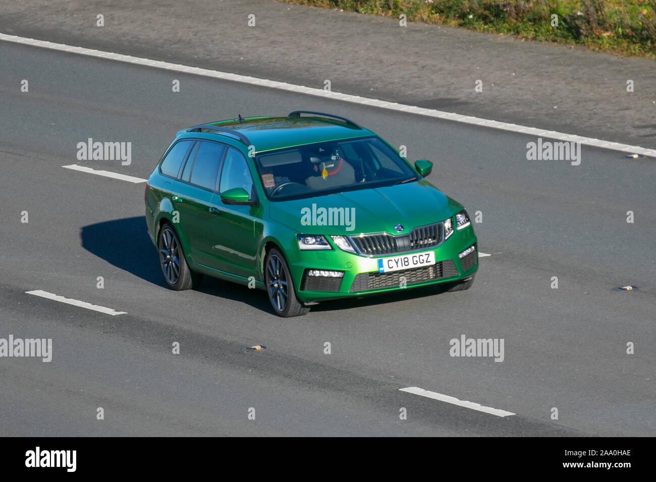 2018 grüne Škoda Octavia VRS TDI; Großbritannien Verkehr, Transport, moderne Fahrzeuge, Limousinen, South-bound Autofahren auf die 3 spurige Autobahn M6 Autobahn. Stockfoto