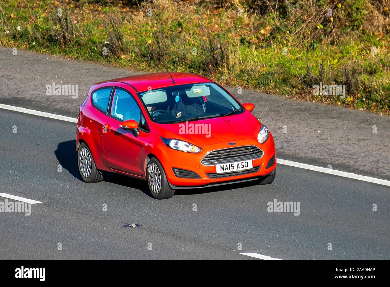 2015 Rot Ford Fiesta Style; Großbritannien Verkehr, Transport, moderne Fahrzeuge, Limousinen, South-bound Autofahren auf die 3 spurige Autobahn M6 Autobahn. Stockfoto