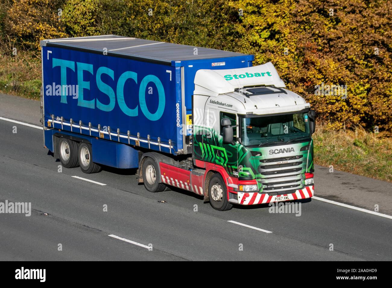 Tesco Anhänger, Lkw, Stobart Güterkraftverkehr, Spedition LKW, Lkw, Transport, Lastwagen, Cargo Carrier, Fahrzeug, Lieferung, den gewerblichen Verkehr, Industrie, auf der M61 Manchester, Großbritannien Stockfoto