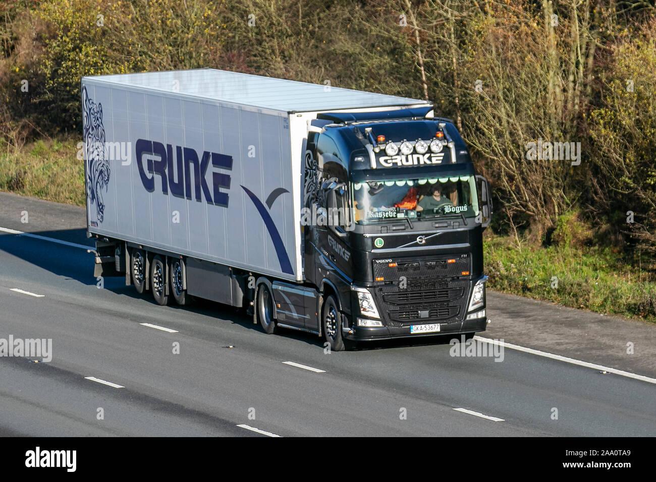 Grunke Polnischen Speditions-Lkw, Lkw, Transport, Lastwagen, Cargo Carrier, Volvo Fahrzeug, Lieferung, den gewerblichen Verkehr, Industrie, auf der M61 Manchester, Großbritannien Stockfoto