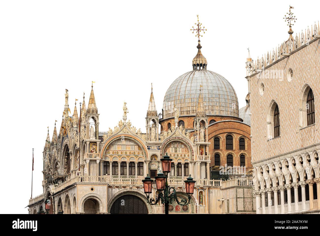 Venedig, die Basilika und die Kathedrale von San Marco (St. Der Evangelist Markus) und der Palazzo Ducale (Dogenpalast) isoliert auf weißem Hintergrund. Italien Stockfoto