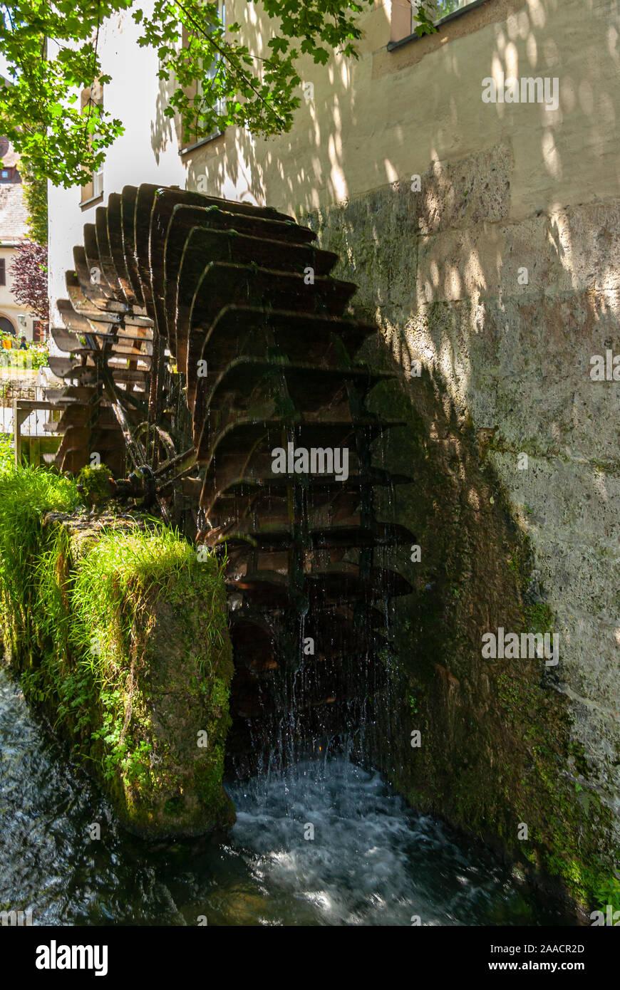 Alte historische Wasserrad an der ehemaligen Kreuzgang Mühle in Bad Urach, Schwäbische Alb, Baden-Württemberg, Deutschland. Stockfoto