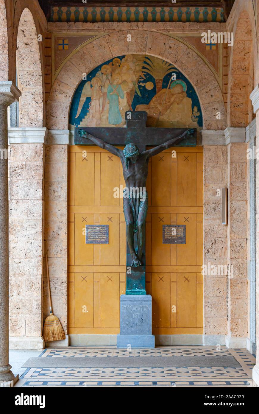 Kruzifix in der Vorhalle der Klosterkirche der Erzabtei Beuron St. Martin im Oberen Donautal, Baden-Württemberg, Deutschland. Stockfoto