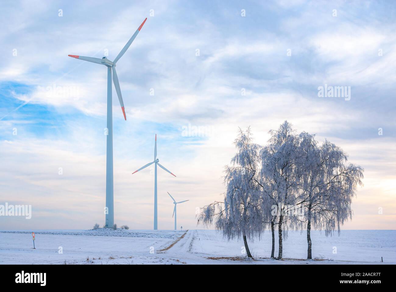 Windpark im ländlichen Gebiet im Winter, Schwäbische Alb in der Nähe des Dorfes Ingstetten, Baden-Württemberg, Deutschland. Stockfoto