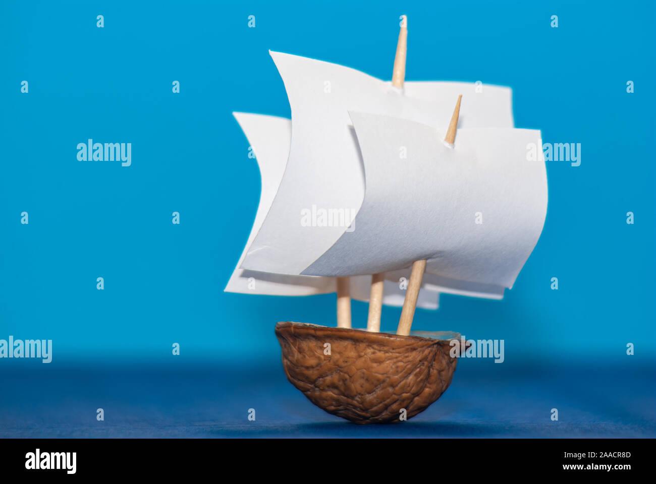 Reproduktion des Begriffs ein Segelschiff mit drei Masten auf hoher See mit einer Walnuss Shell. Stockfoto