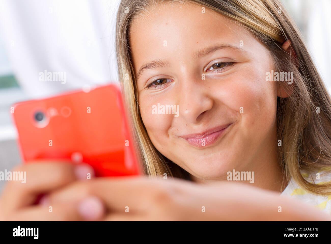Mädchen spielt im Internet Stockfoto