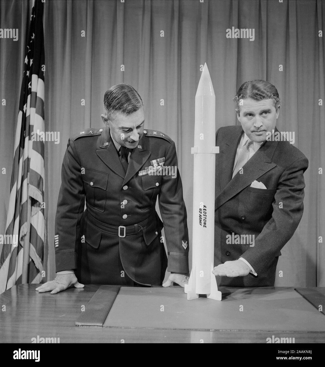 Generalmajor J.B. Medaris & Dr. Wernher von Braun mit Replik von Redstone Lenkflugkörper, Foto von Thomas J. O'Halloran, 20. Januar 1956 Stockfoto