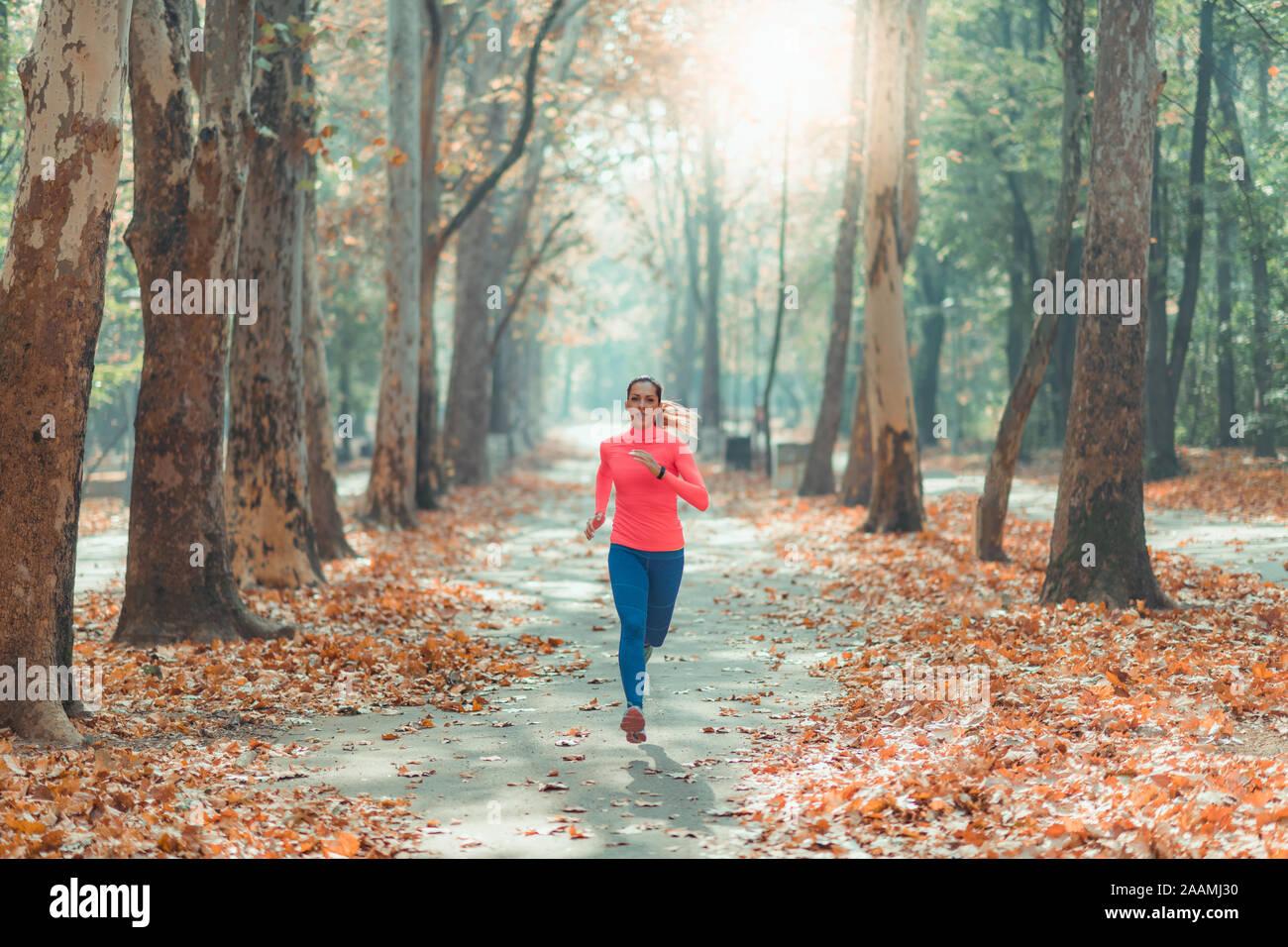 Frau in einem Park Joggen Stockfoto