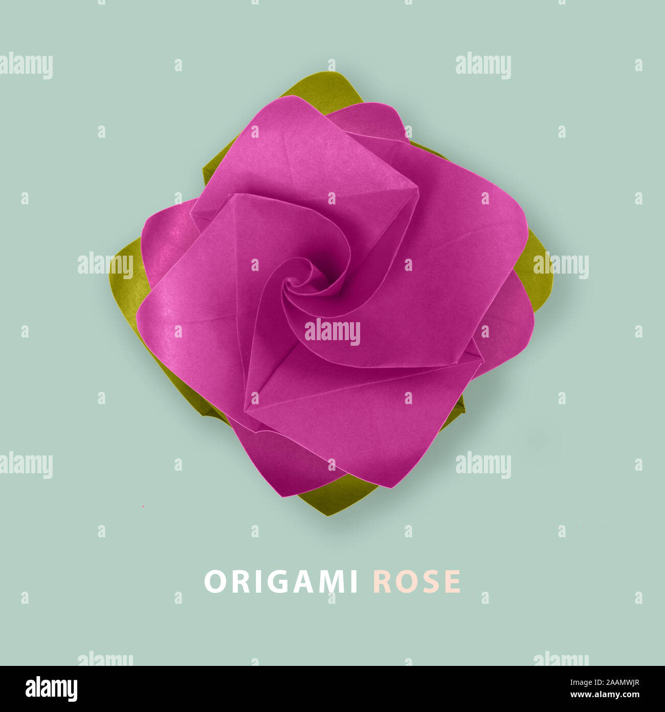 Rosa Lila Papier origami handgemachte Rose auf Blau Stockfoto