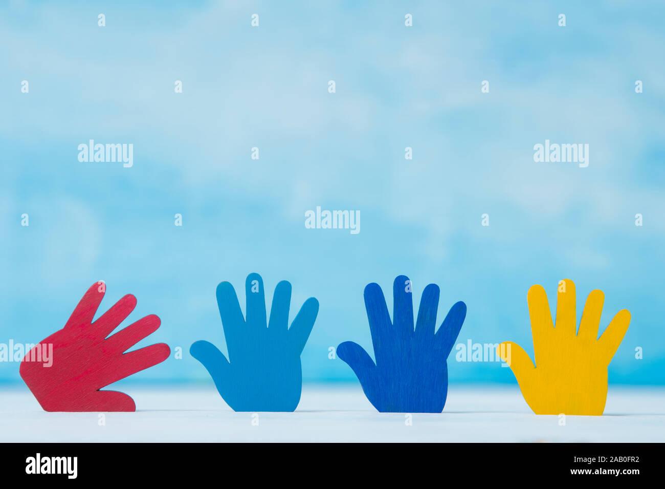 Bunte Rätsel Hände auf blauem Hintergrund. Welt Autismus Bewußtsein Tag Konzept Stockfoto
