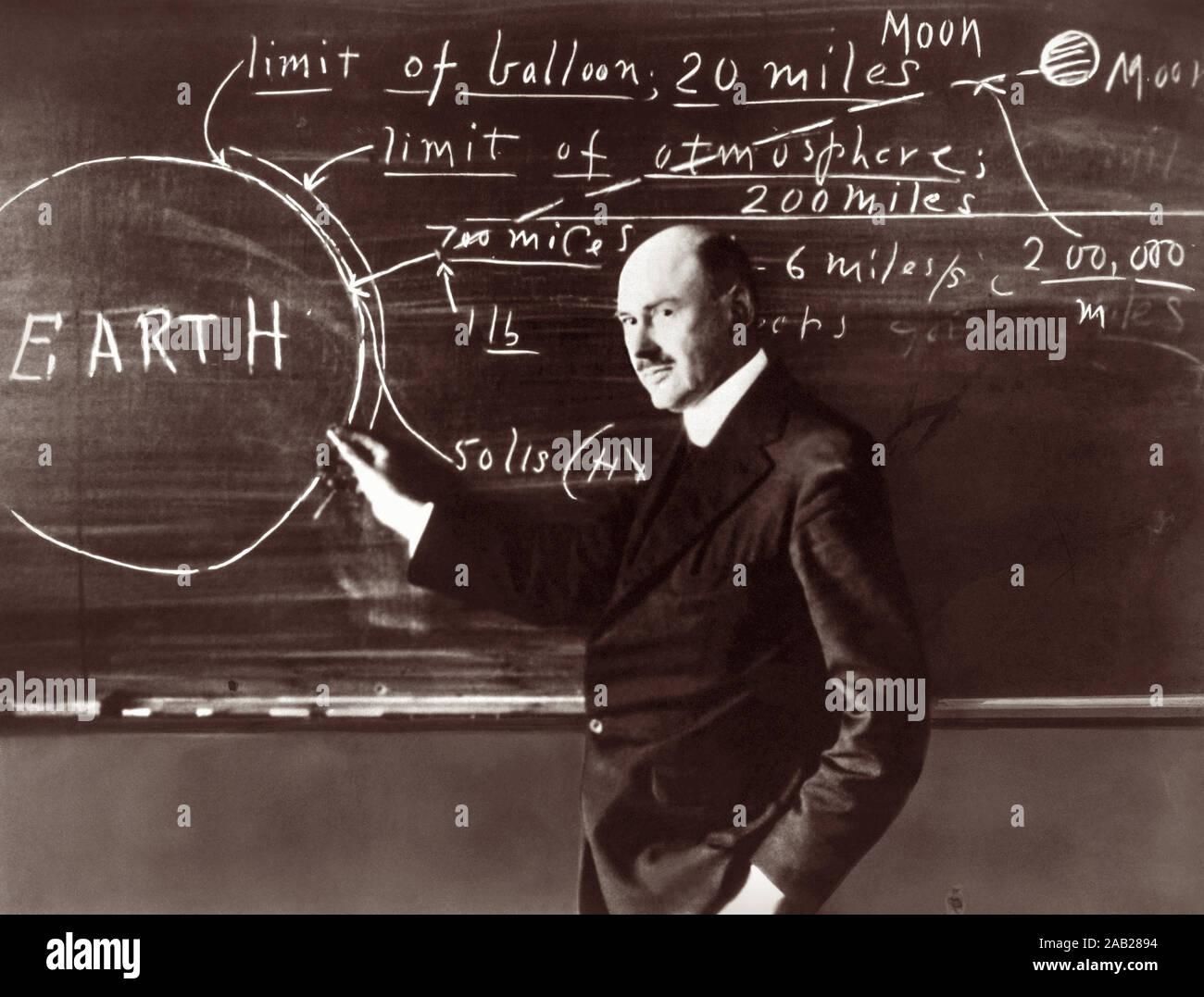"""Dr. Robert Hutchings Goddard (1882-1945) auf einer Tafel an der Clark University in Worcester, Massachusetts, 1924. Goddard, ein Erfinder, Wissenschaftler und Professor für Physik an der Clark University, ist als """"Vater der modernen Raketentechnik bekannt."""" Stockfoto"""