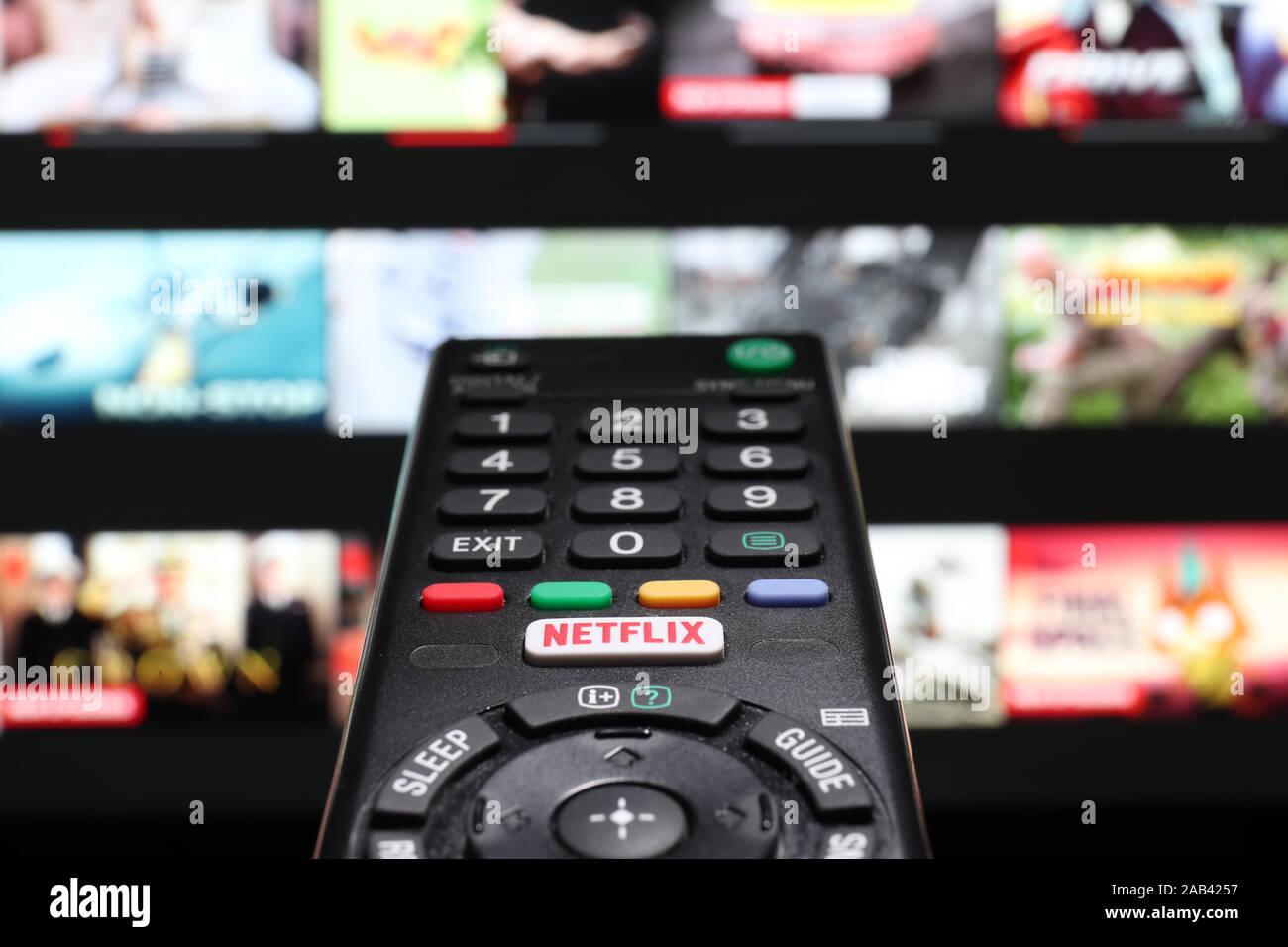 Beobachten Netflix auf ein intelligentes Fernsehen über die Netflix Taste auf einer TV-Fernbedienung Stockfoto