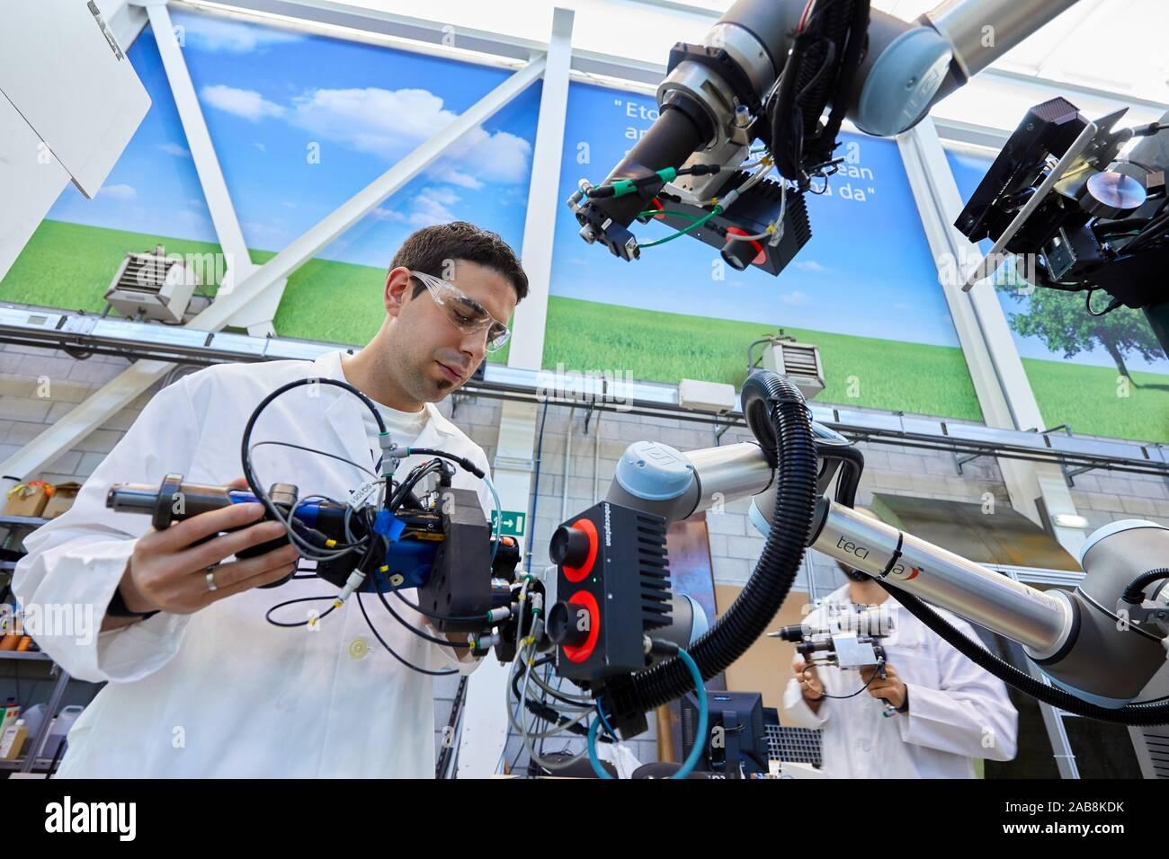 Nutzung von flexiblen Robotik in industriellen Fertigungsprozessen, Mobile Roboter, Advanced Manufacturing Unit, Technology Center, Tecnalia Forschung & Stockfoto