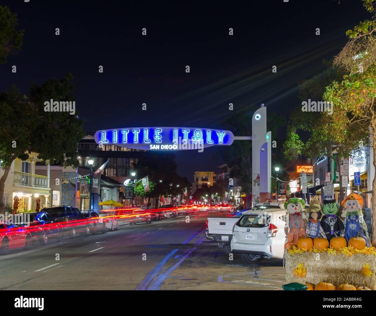 Verschwommen Lichter von Verkehr auf India Street in Little Italy, San Diego, USA. Stockfoto