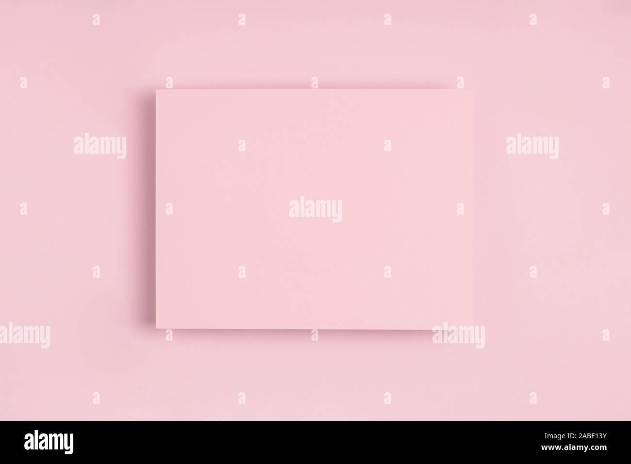 Minimale frame geometrischen Zusammensetzung mock up. Leeres Blatt rosa Papier Postkarte auf zarten Pastelltönen Hintergrund. Template design Einladungskarte. Ansicht von oben, flach, kopieren. Horizontale Ausrichtung. Stockfoto