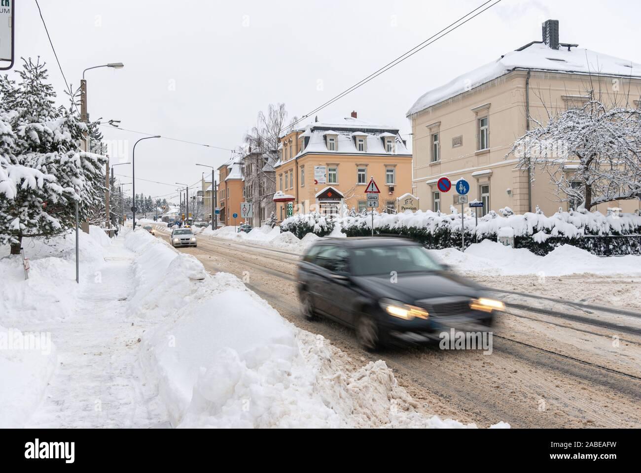 Starke Schneefaelle haben wintereinbruch auch im Dresdner Stadtteil Klotzsche verursacht. Stockfoto