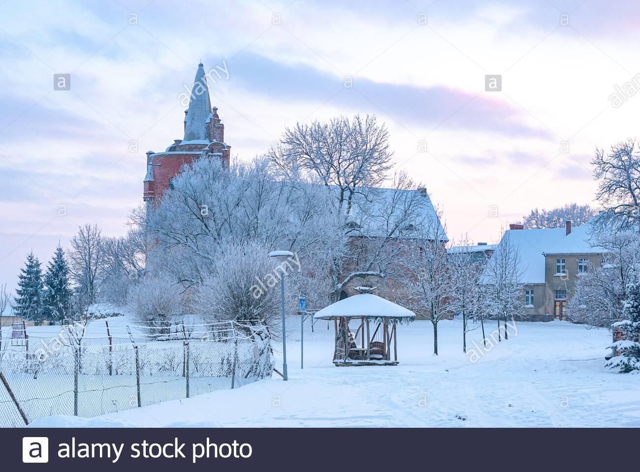 Winterliche Klempenow Klempenow Burg (Burg) in Mecklenburg-Vorpommern, Deutschland. Stockfoto