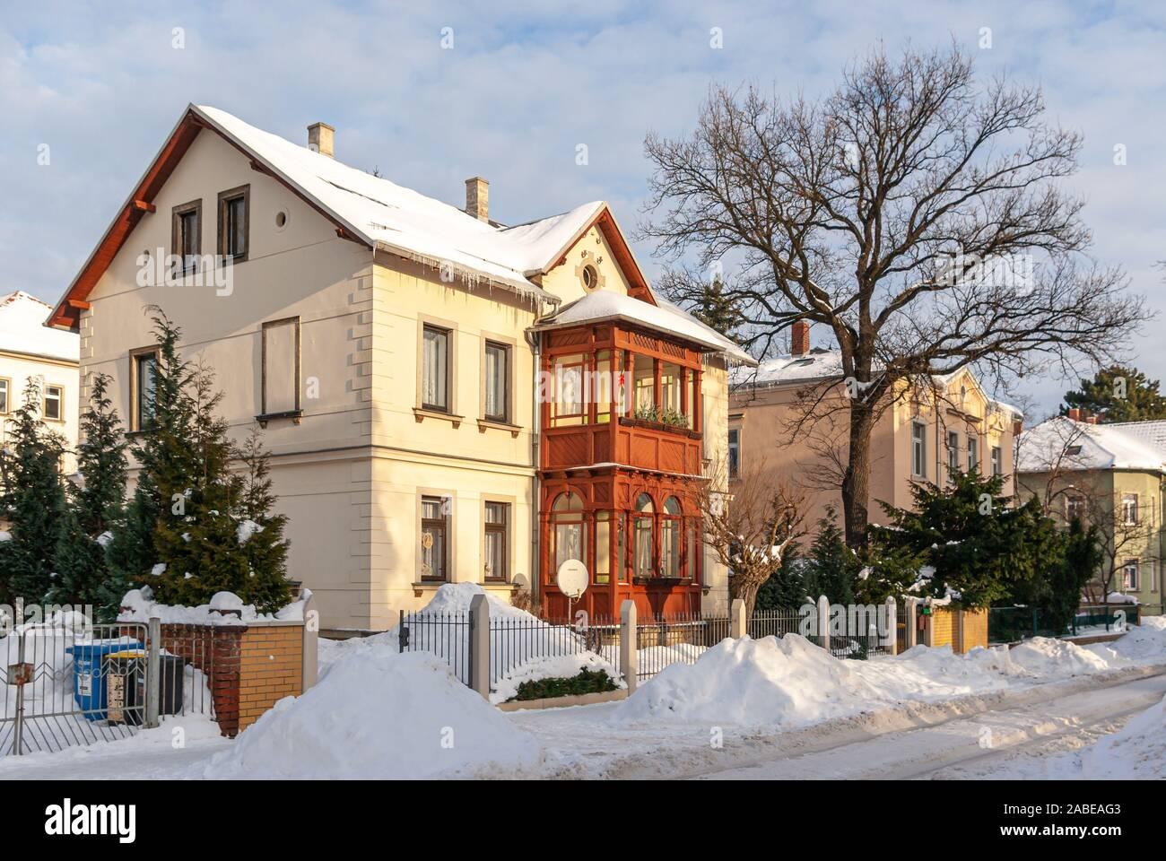 Verschneite Straße und die Stadt Villa nach einem schweren Wintereinbruch im Stadtteil Klotzsche Dresden, Sachsen, Deutschland. Stockfoto