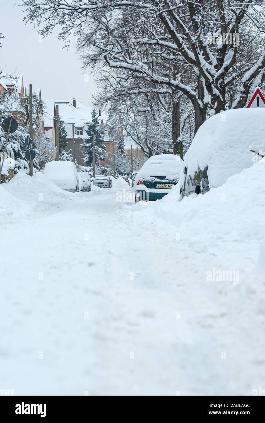 Starke Schneefälle haben den Angriff der Winter in weiten Teilen Deutschlands, auch im Dresdner Stadtteil Klotzsche. Stockfoto