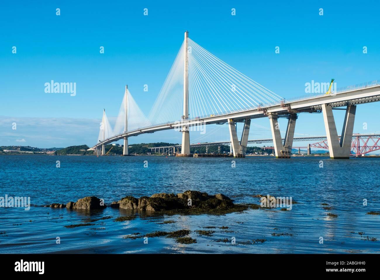 Ansicht des neuen Queensferry Crossing Brücke über Fluss Forth in Schottland, Vereinigtes Königreich Stockfoto
