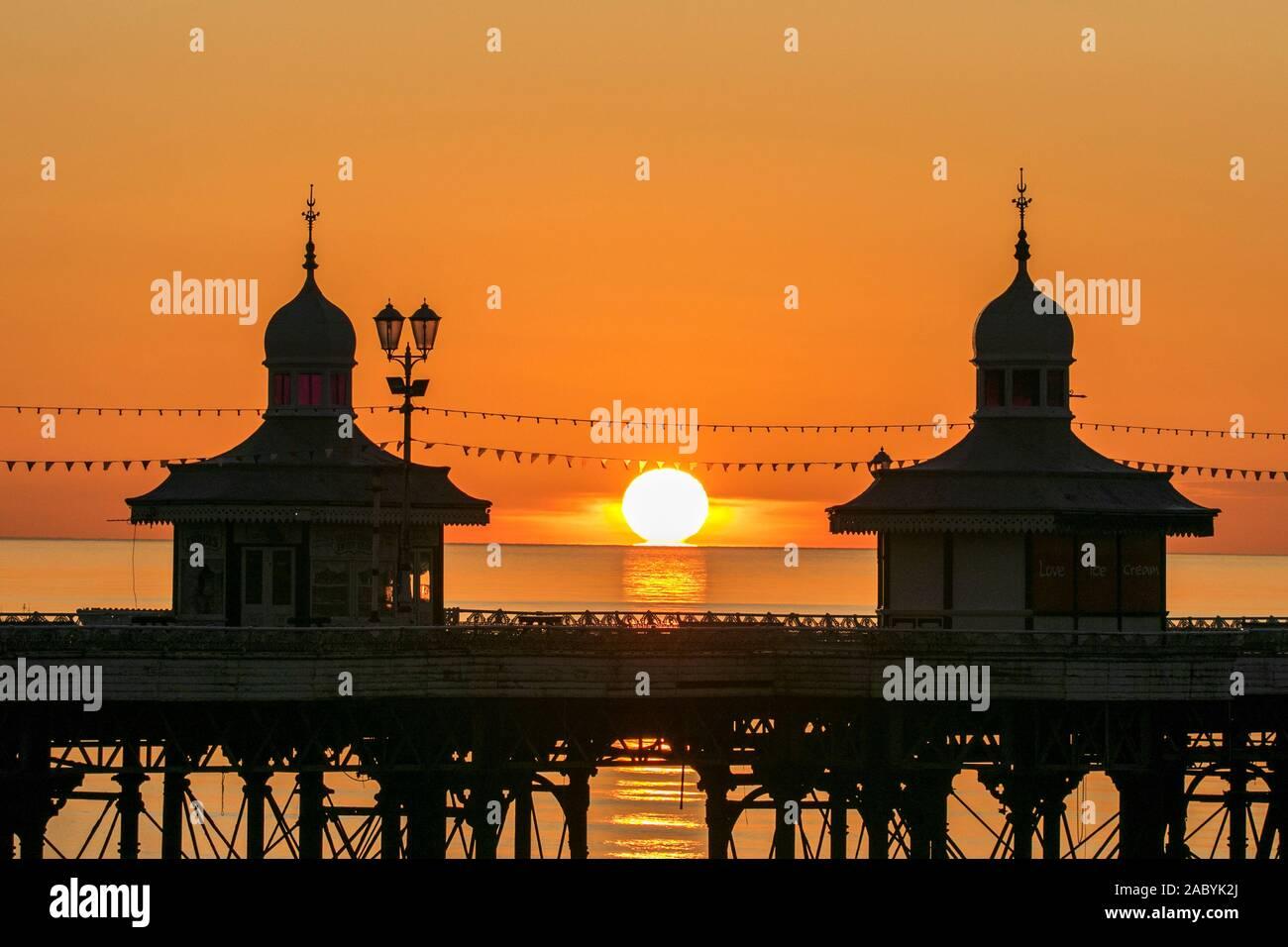 Blackpool Lancashire, UK Wetter. 29. November 2019. Nach einer Bitterkalten Tag über den Nordwesten von England, eine markante winter Sonnenuntergang wirft ihren wärmenden Strahlen auf die Türme auf der berühmten Blackpool North Pier. Credit: cernan Elias/Alamy leben Nachrichten Stockfoto