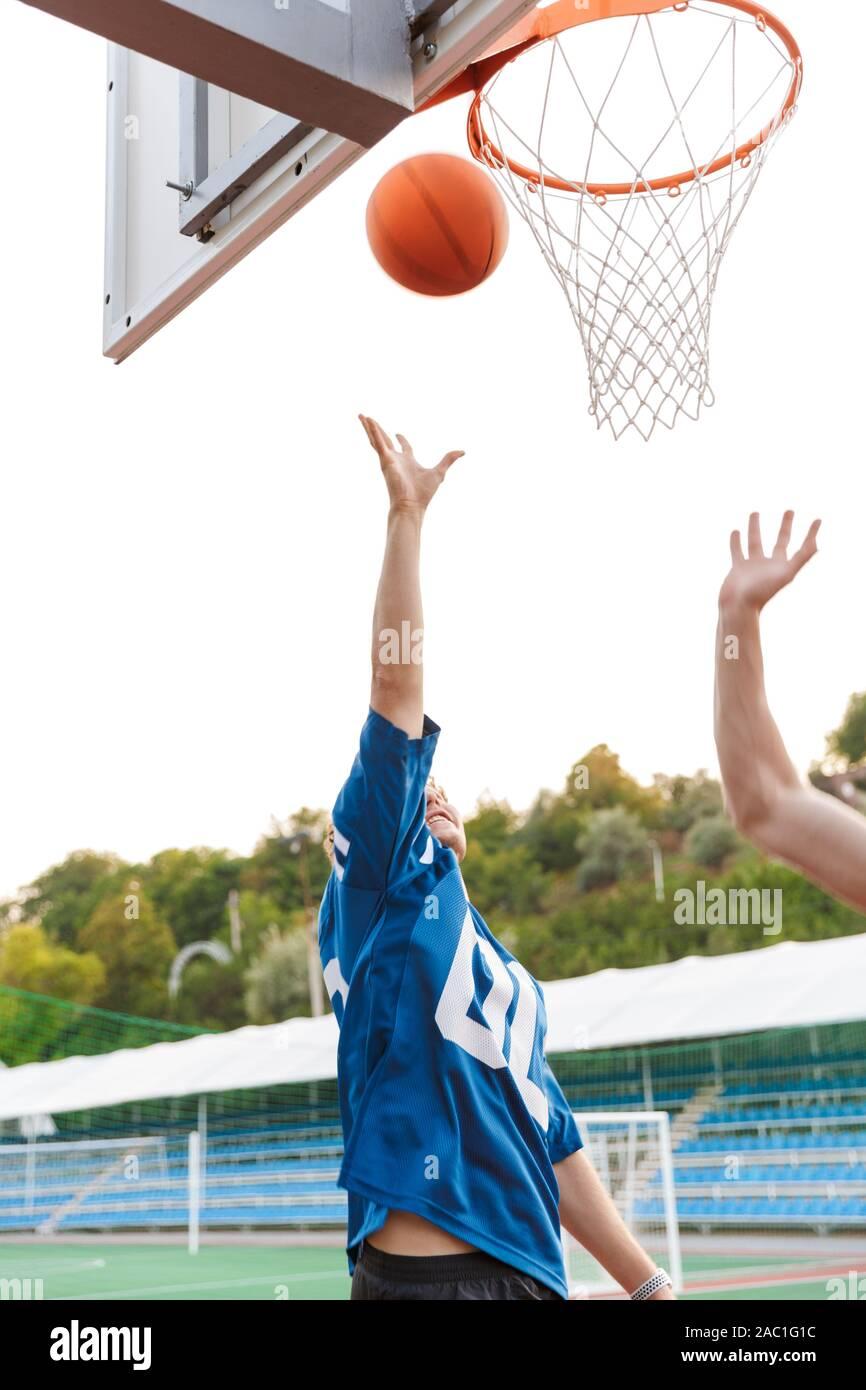 nackt jungs, die basketball spielen