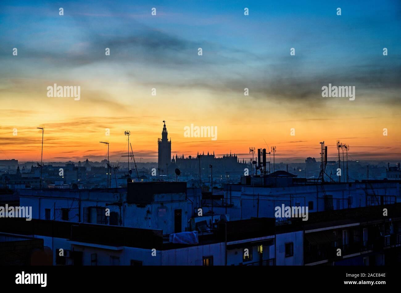 Blick über die Kathedrale von Sevilla in der Morgendämmerung, Sevilla, Spanien Stockfoto