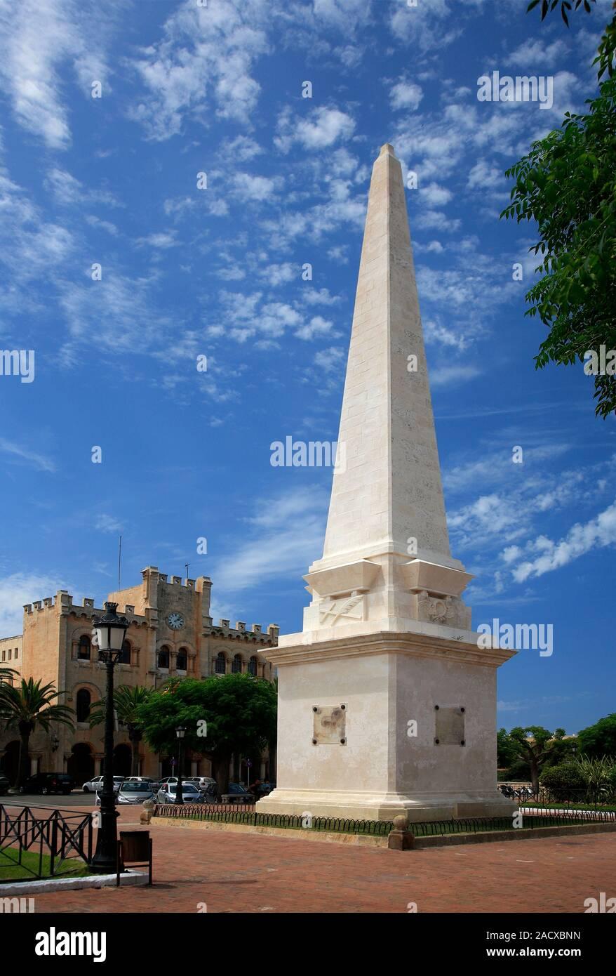 Der Obelisk und Street View, Ciutadella Stadt, Insel Menorca, Balearen, Spanien, Europa Stockfoto