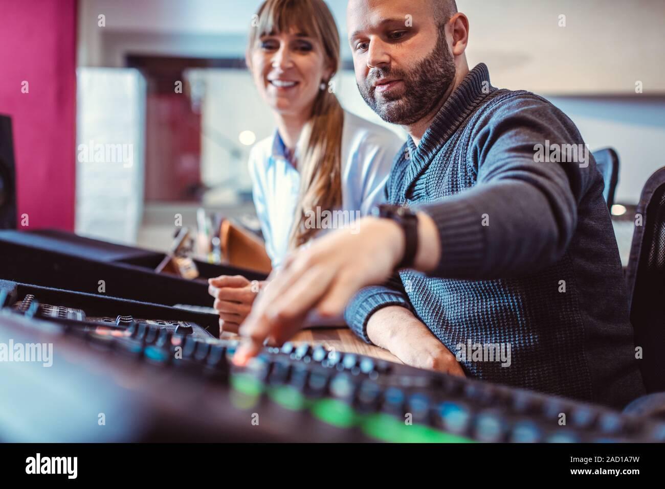 Sänger oder Künstler und Toningenieur im Studio arbeitet Stockfoto