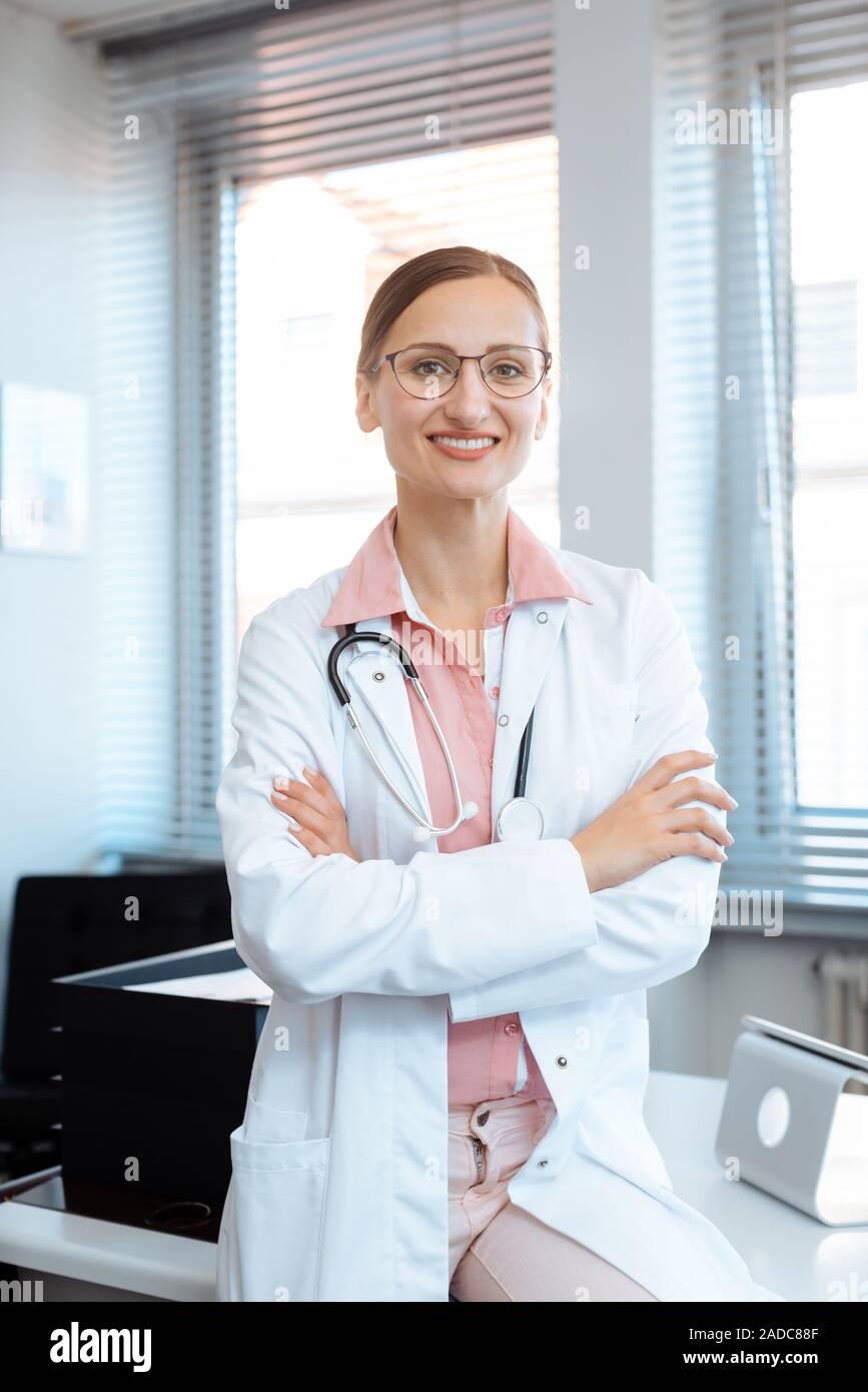 Lächelnd Arzt Frau in Ihrem Büro Stockfoto