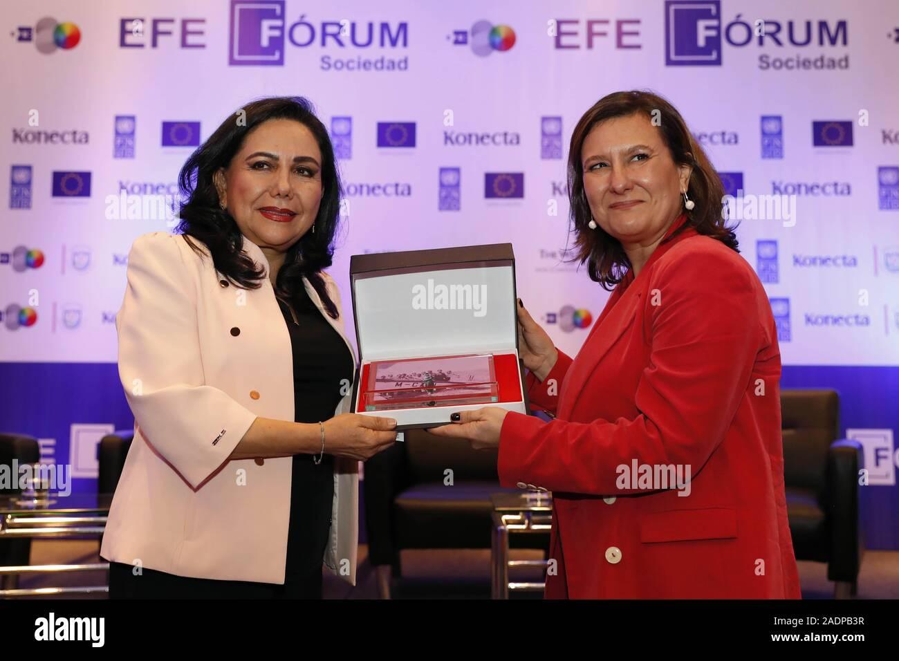 Gloria Montenegro L Ministerin Fur Frauen Und Gefahrdete Populationen Von Peru Erhalt Ein Geschenk Von Soledad