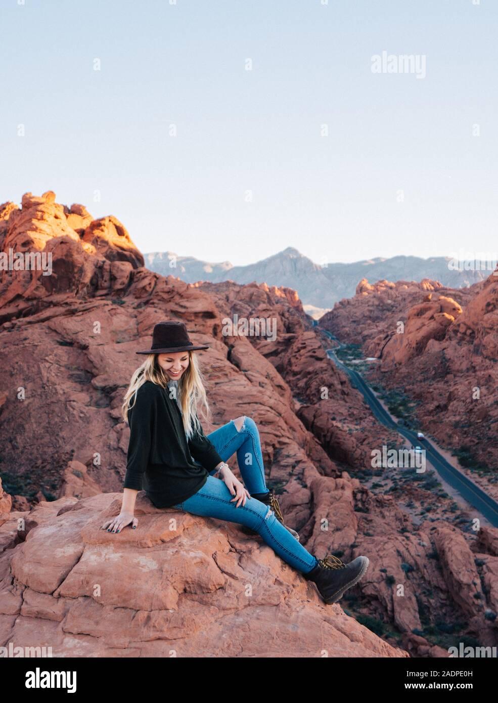 Frau mit Hut und lachend auf einen Blick Punkt im Tal des Feuers Stockfoto