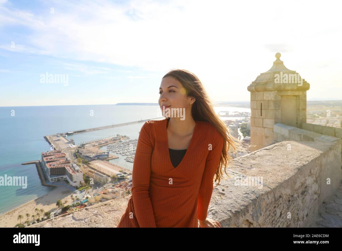 Schöne touristische Frau genießen Sie in Alicante, Spanien. Traveler Girl auf der Burg Santa Barbara in Alicante Spanisch Reiseziel in Europa. Stockfoto