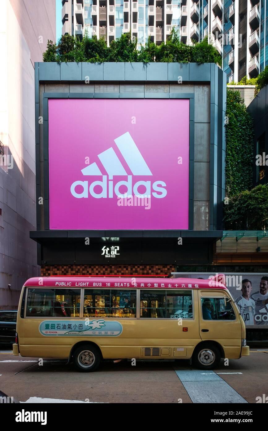 Hongkong - November, 2019: Adidas Logo auf shop Fassade sneaker Street in HongKong Stockfoto