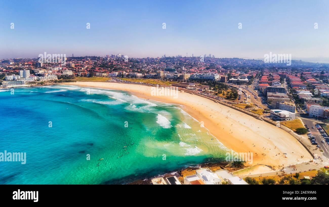Die Kontamination der Luft über größere Sydney, berühmten Bondi Beach und östlichen Vorort während der brennende Busch Brandschutz Jahreszeit - Luftbild von Residenzappartementhaus Stockfoto