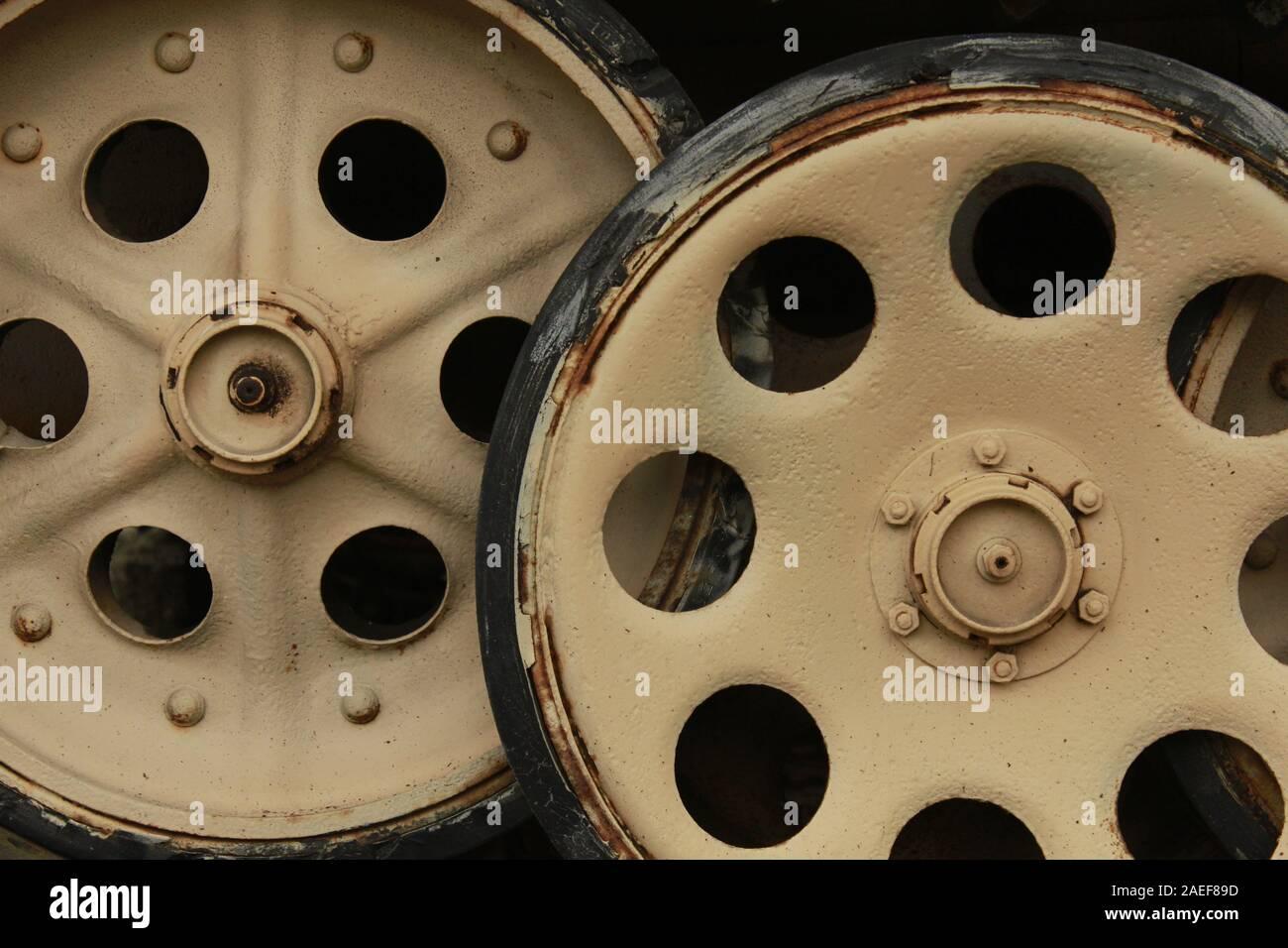 In der Nähe der Zahnräder ist ein Panzer aus dem Zweiten Weltkrieg in gutem Zustand. Retro Transport- und Militärtechnologie Konzept. Stockfoto