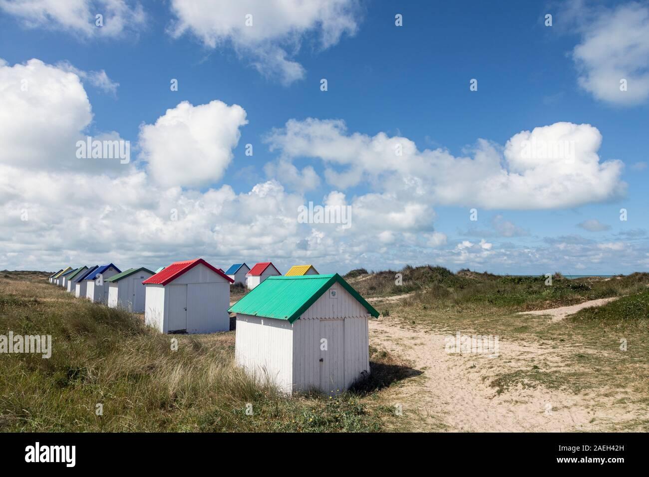 Farbenfrohe Strandhütten an Gouville-Sur-Mer, Normandie, Frankreich Stockfoto