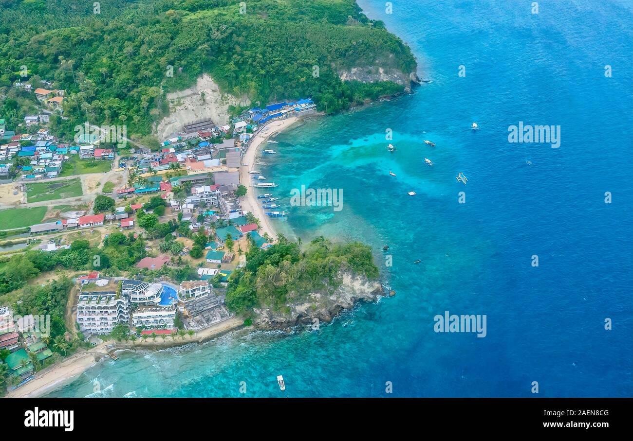 Luftaufnahme von einem beliebten Strand und Tauchen Resort Area in der Sabang, Puerto Galera, Philippinen. Stockfoto