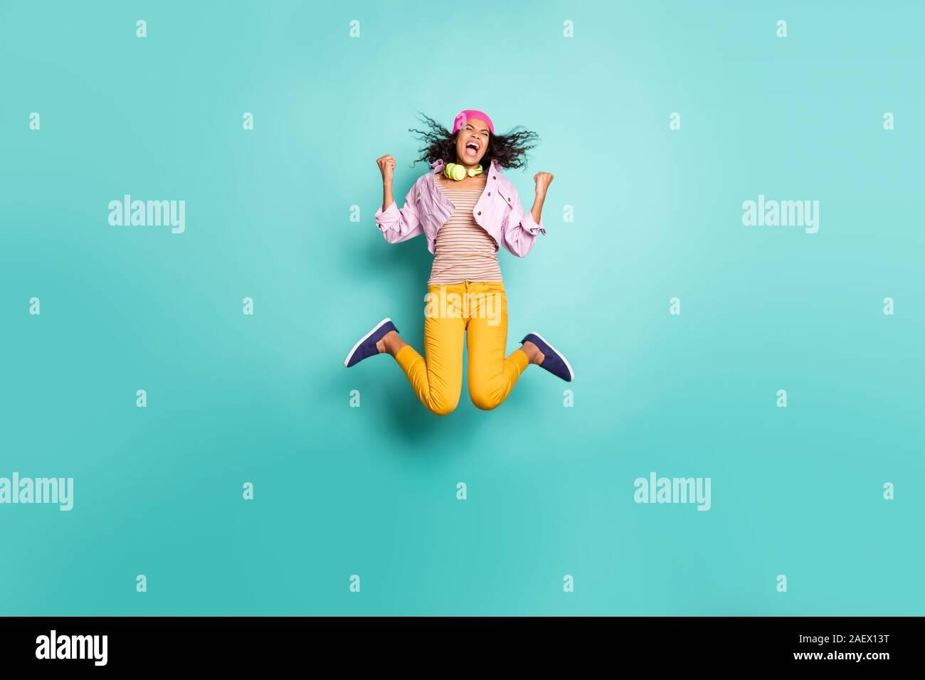 Volle Länge Körpergröße Seite Profil Foto von Casual positive springen laufen Schule Mädchen streben nach der pädagogischen Komplex auf Zeit in Gelb zu kommen Stockfoto