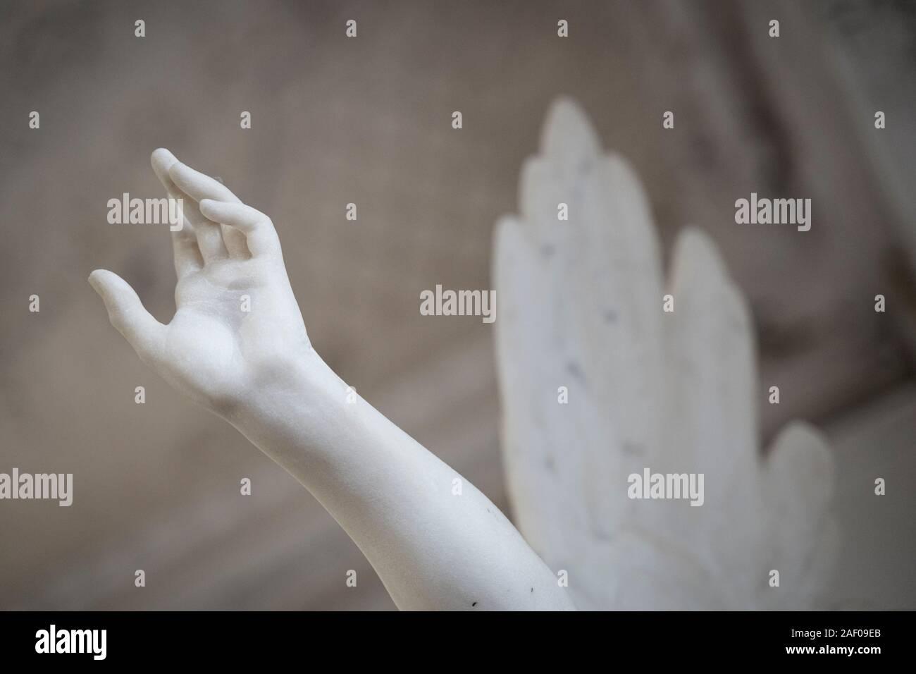 Seitenansicht closeup aus weißem Stein marmor Engel Statue Hand auf den Himmel Stockfoto