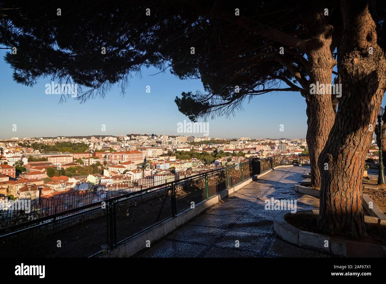 Leere Miradouro Da Senhora Do Monte Aussichtspunkt Und Blick Auf Die Stadt In Der Innenstadt Von Lissabon Portugal An Einem Sonnigen Tag Im Sommer Stockfotografie Alamy