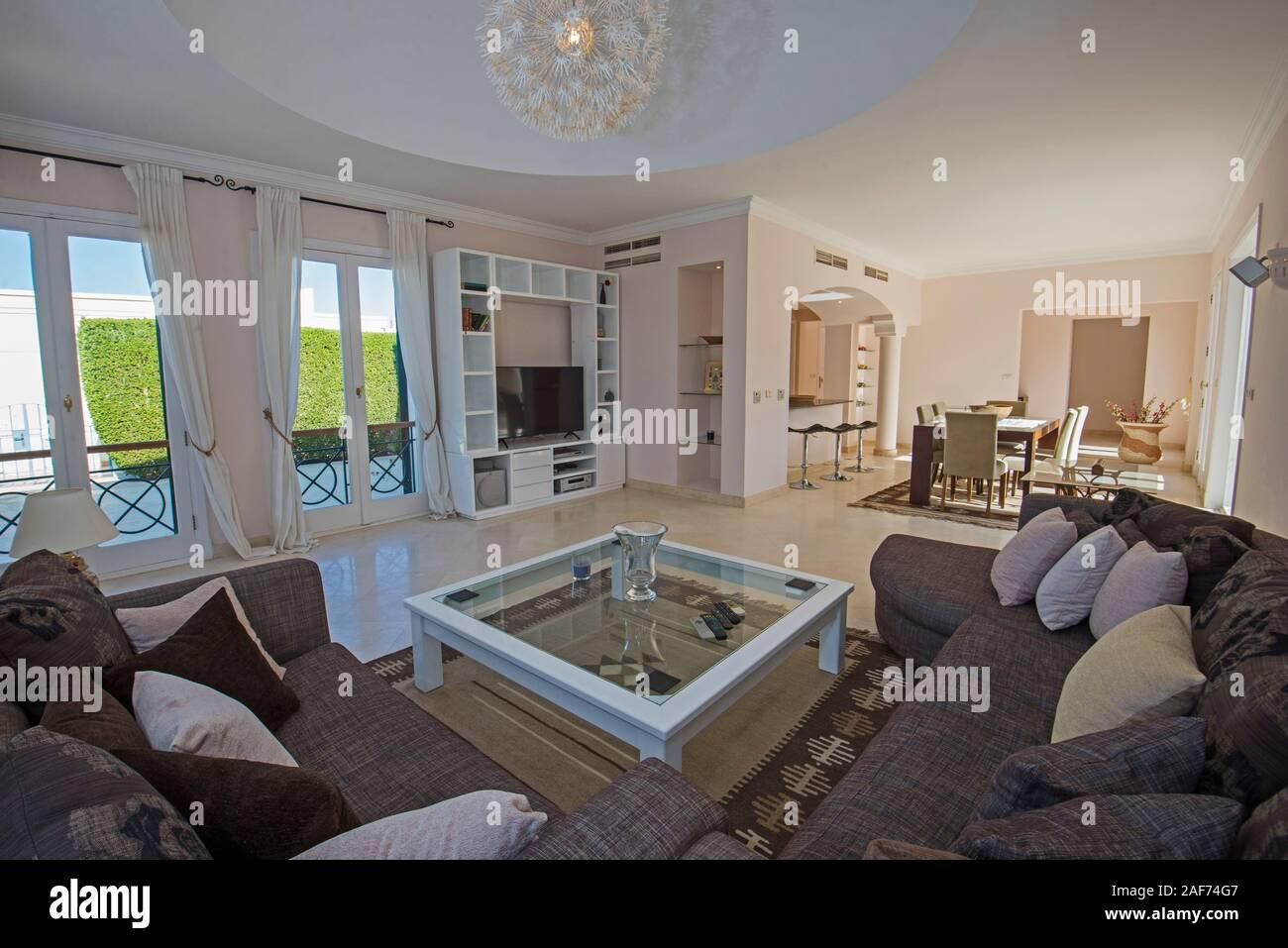 Living Room Lounge In Luxus Villa Zeigen Home Ubersicht Interior Design Einrichtung Und Moblierung Mit Offener Kuche Und Essbereich Stockfotografie Alamy