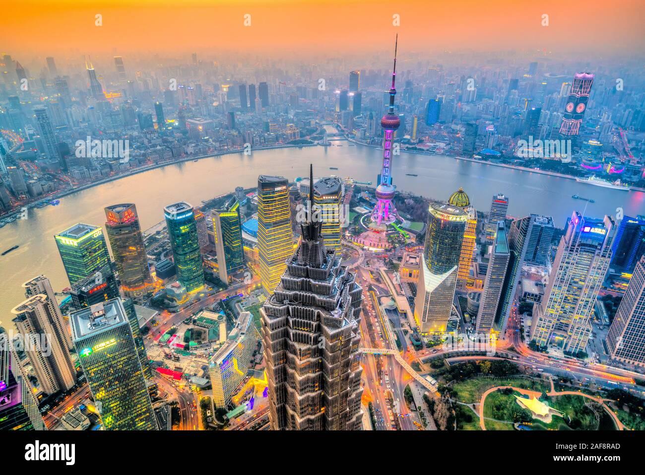 SHANGHAI, China - 15. FEBRUAR 2018: die Wolkenkratzer von Lujiazui Skyline, den Bund, den Fluss Huangpu, und dem Shanghai Tower. Shanghai ist die größte Cit Stockfoto