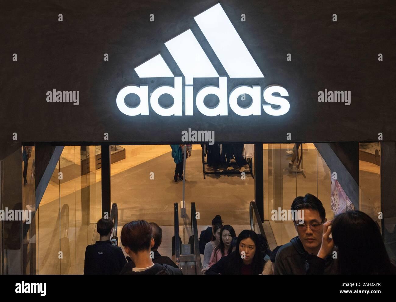 Deutsche multinationale Sportswear store und Logo Adidas in Hongkong gesehen. Stockfoto