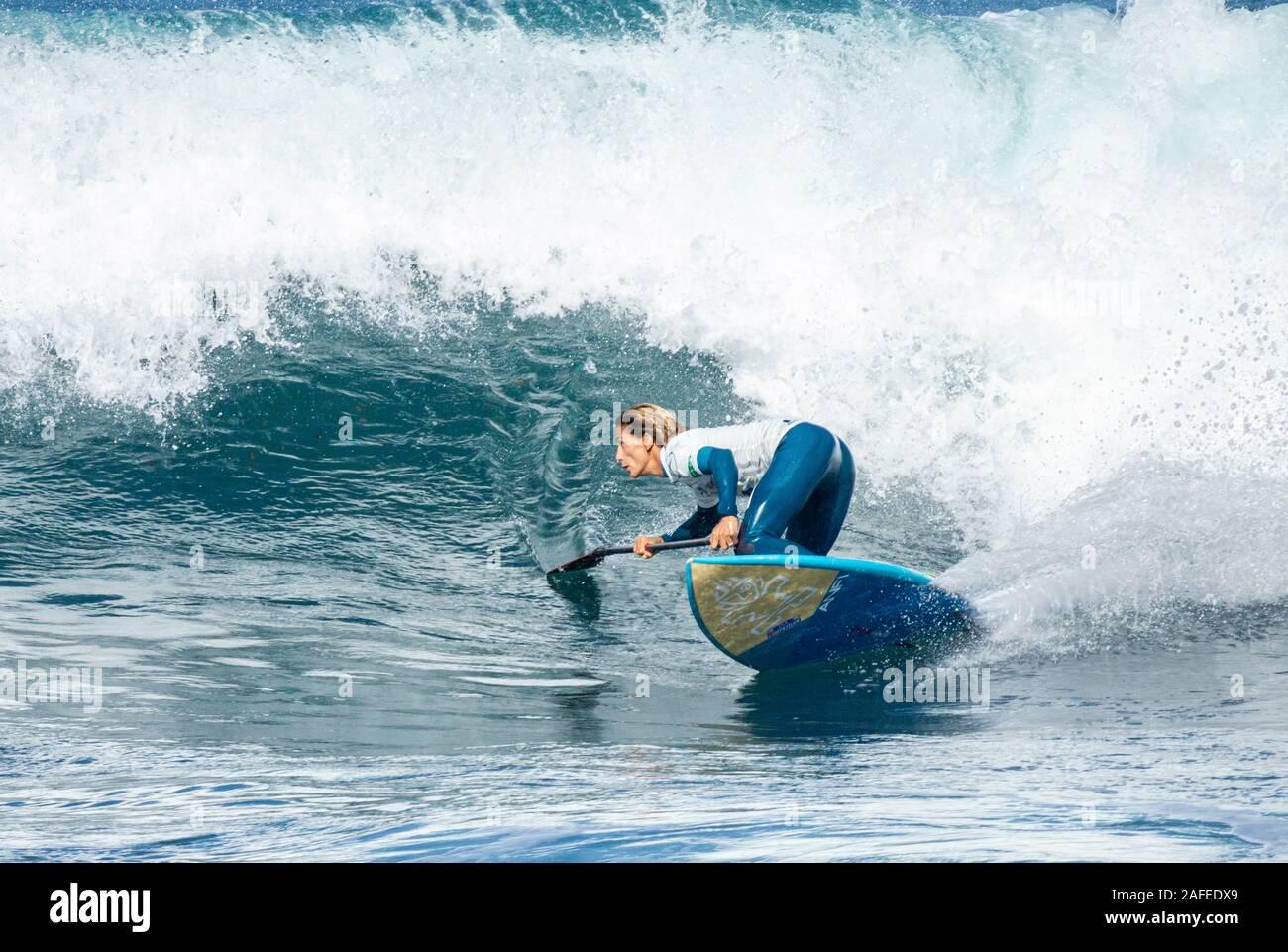 Las Palmas, Gran Canaria, Kanarische Inseln, Spanien. 15. Dezember 2019. Frauen Halbfinale: Paddle Surfers konkurrieren auf der letzten Etappe 2019 App World Tour in Las Palmas, der Hauptstadt Gran Canarias. Credit: ALAN DAWSON/Alamy leben Nachrichten Stockfoto