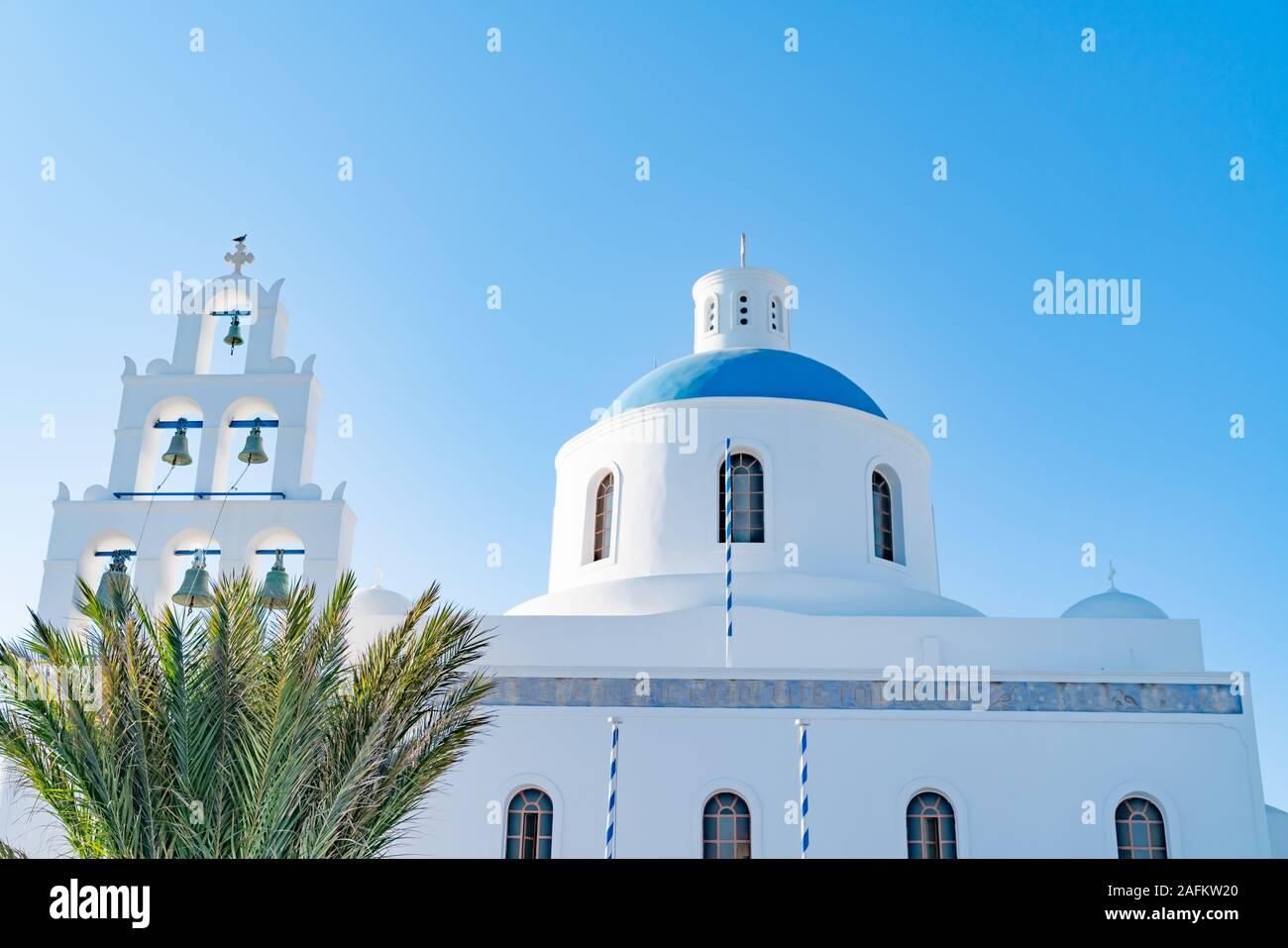 Oia Griechenland - 7. August 2019; Kirche Panagia mit sechs Glockenturm in Oia, Santorini in whitwashed Außenwände strahlend blauen Kuppel. Stockfoto