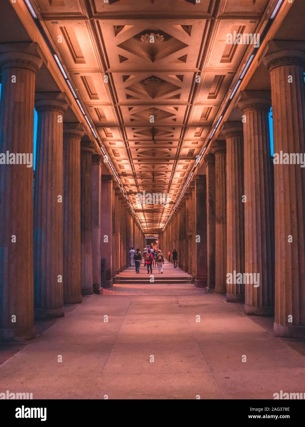 Eine Vertikale Shot Der Beleuchteten Brandenburger Tor In Berlin Von Innen Am Abend Stockfotografie Alamy