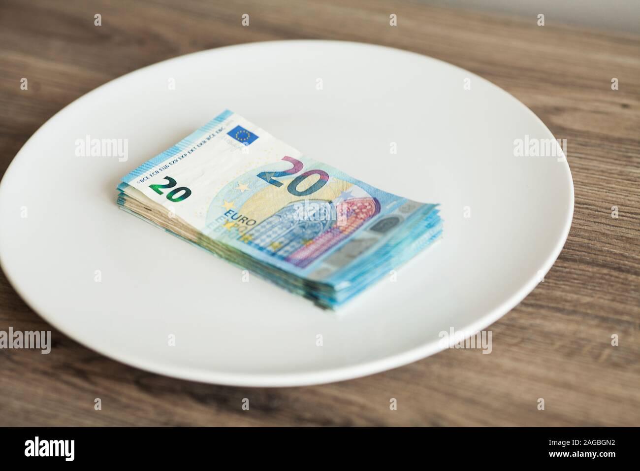 Geld liegen auf der Platte. Euro Foto. Gierig Korruption Konzept. Geschenke Idee. Stockfoto